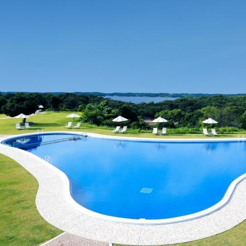 【ガーデンプール】夏季期間のみ営業。自然豊かな緑に囲まれたリゾートプールです。