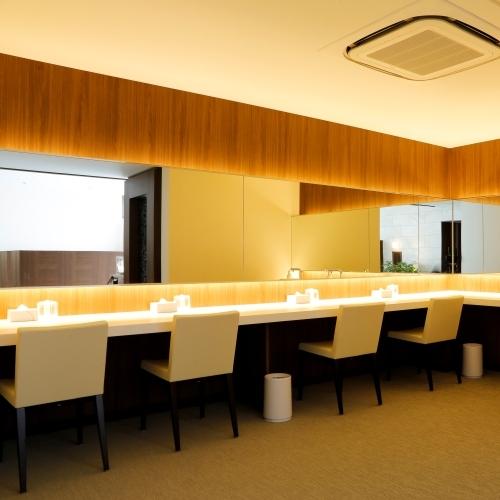 【パウダールーム】女性の脱衣スペースには広々としたパウダースペースを完備。