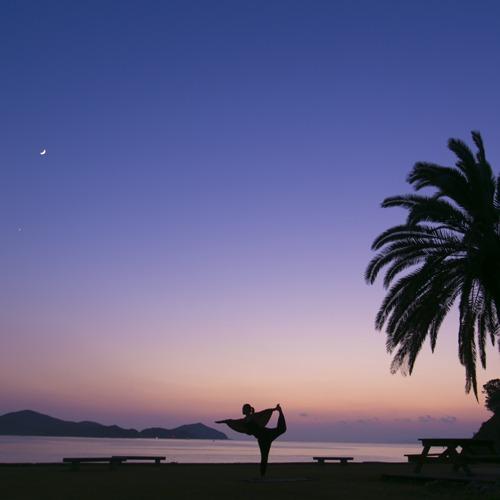 【サンセットヨガ】夕日に染まるあご湾を見ながら一日の疲れを癒すヨガ