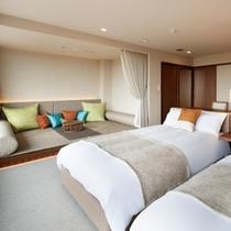【デラックスルーム】ベッド2台とフロアソファスペースを備えた4名定員の客室です。