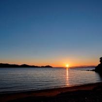 【夕日に染まる浜からの夕日】刻々と変わる空の色がとても幻想的なサンセットをお愉しみいただけます