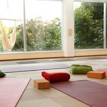 【ガーデンルーム】冬季や雨天時のヨガプログラムの会場。キャンドルメディテーションも実施。