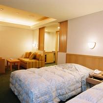 【ユニバーサルルーム】段差を少なくスロープを設置するなどバリアフリーを配慮した客室です。眺望なし。