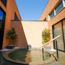 【合歓の木湯】ネムノキの樹皮エキスを配合したオリジナル泉質の露天風呂。