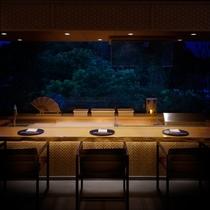 【レストラン里海】4名様限定の割烹席では目の前の料理長のお料理をお愉しみいただけます。