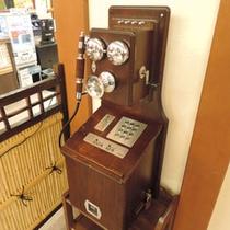 *館内一例:フロント前にあるレトロな公衆電話