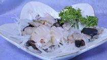 *鮑のお刺身(一例)/新鮮なコリコリ食感をご堪能ください。