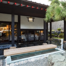 2000坪の日本庭園を臨む足湯