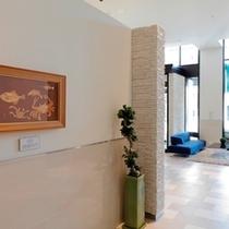 アートが展示されているホテルロビー