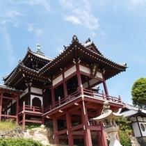 町並み保存地区にそびえ立つ西方寺の普明閣