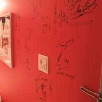 カープ選手やOB、芸能人のサインが・・・