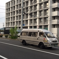 広島空港と竹原市内を結ぶ乗合タクシー。 ホテルから徒歩1分の場所で乗り降り可能です。