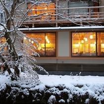 雪の中で静かに過ごす軽井沢を満喫してください。