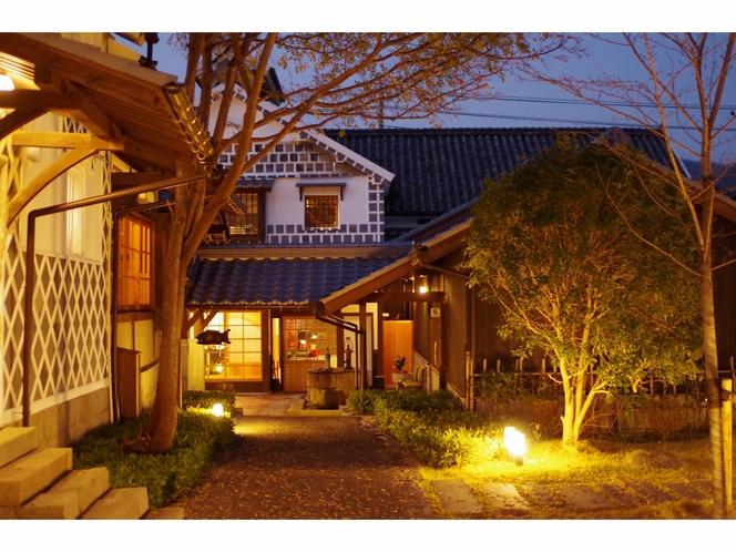 夜の本館中庭2
