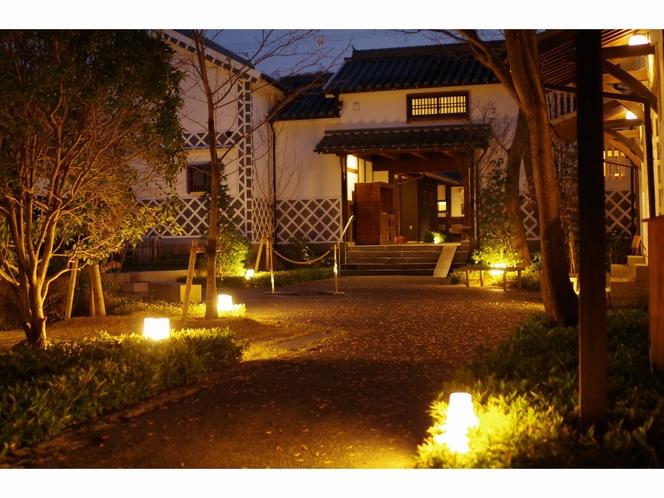 夜の本館中庭3