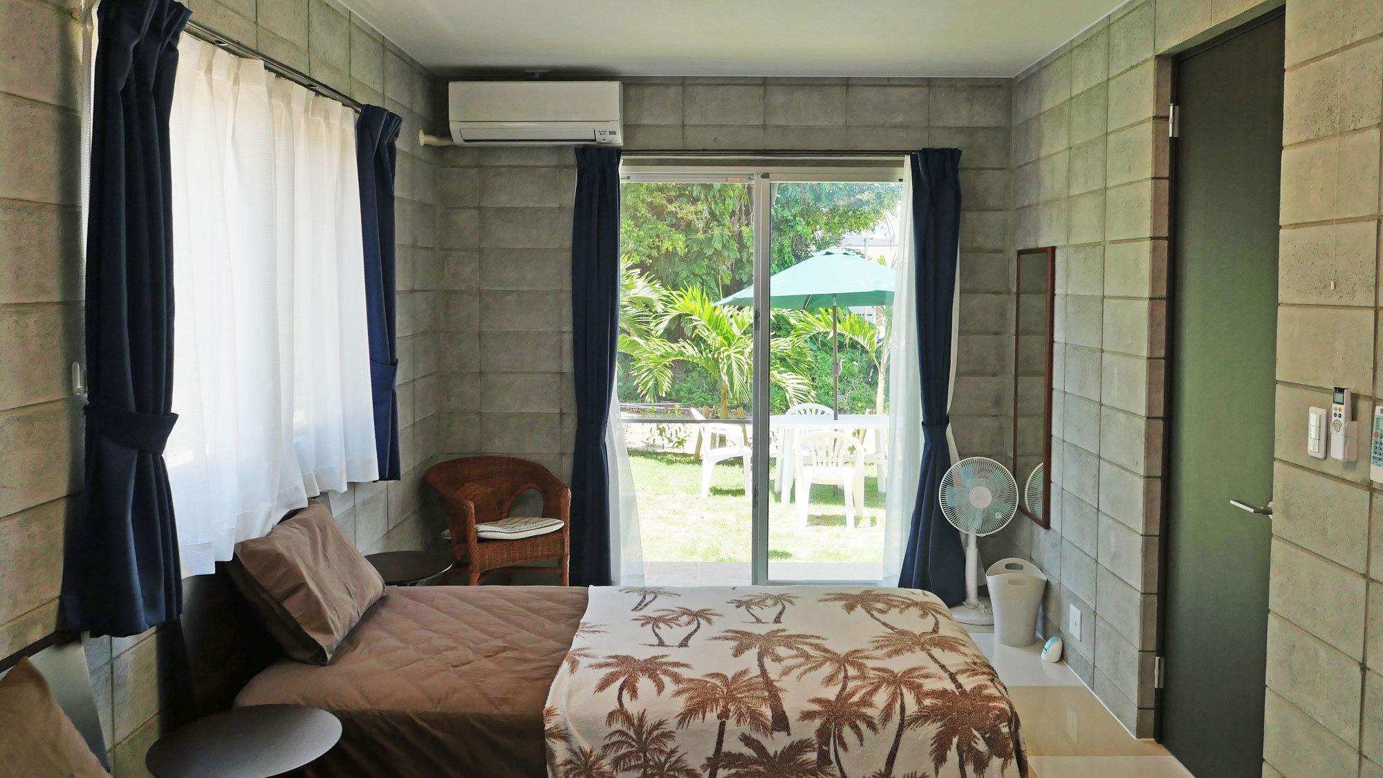 【ベッドルーム】お庭から直接出入りができます。