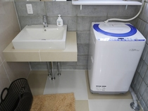 【洗面所・洗濯機】洗剤付で長期滞在にも便利です。干し場もございます。