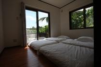 ウッドデッキ側寝室