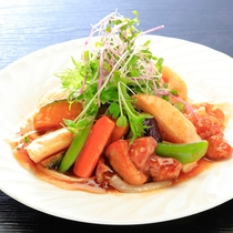 当館人気メニュー鶏と彩り野菜の黒酢餡