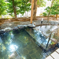 露天風呂_暖かな日差しの差し込む開放的な露天風呂