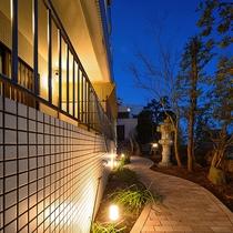 ライトアップされた昭和倶楽部の中庭