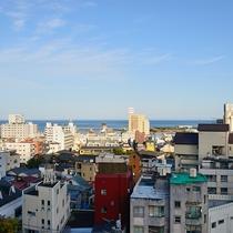 高台に位置したホテルのお部屋からは熱海の街並や熱海湾がご覧いただけます
