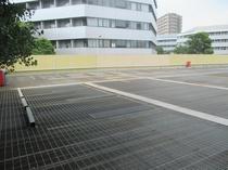 無料駐車場2階 2階スペースは柱がなく広々! ※2トン以上のお車はご利用いただけません。
