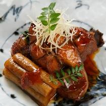 **【鯉のうま煮/イメージ】滋養に富んだ鯉をぷりっとやわらかく醤油たれで煮付けた料理。