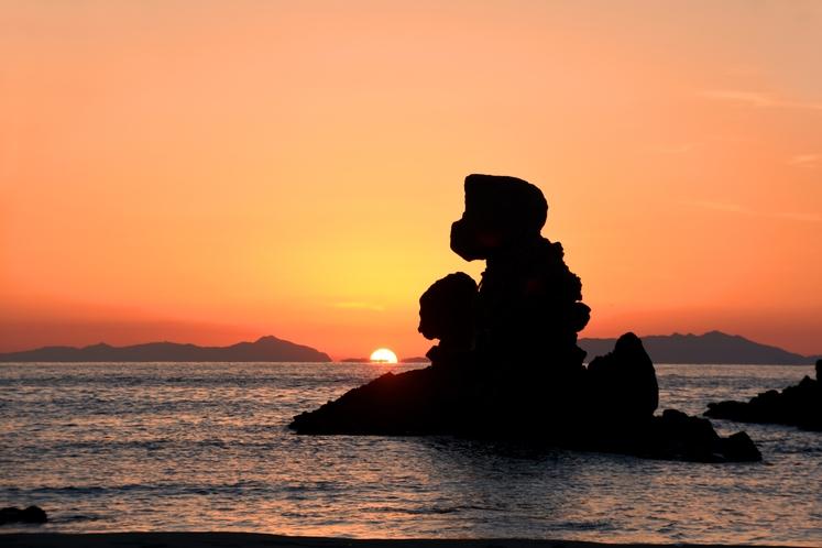 西方海岸の人形岩と夕日