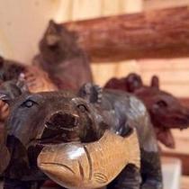 館内のあちこちで顔を出す伝統のクマの木彫り