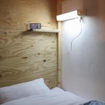 全ドミトリー共通。各ベッドに手元灯とコンセントを設置。