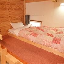 女性専用ドミトリー。ベッド横には荷物を置けるスペースも。