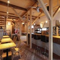 北海道産の木材をふんだんに使用した内装は暖かく落ち着く雰囲気