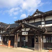 *明治45年に開業、大正13年改築の<旧大社駅>。純日本風の木造平屋建ての趣ある建物です。