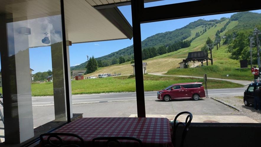 レストランより高天ヶ原ゲレンデを望む