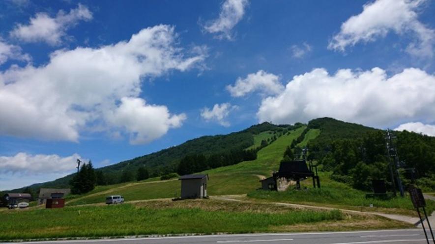 ホリデープラザより夏の高天ヶ原ゲレンデを望む