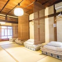 就寝スペースは、簾の間仕切り・ハンガーx3個・枕元に2口コンセント付き