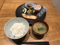■和食■  焼き魚、他2品、納豆、のり、ごはん、味噌汁