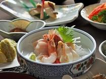 【秋・冬の夕食一例:ふだい浜かぜ】お刺身4点盛り。新鮮な海の幸を贅沢にお召し上がり下さい。