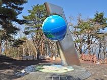 【北緯40度シンボル塔】高さ4mの地球儀型になっています。当館より徒歩1分。