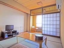 【客室一例】落ち着きのあるお部屋でゆったり快適なひと時を。