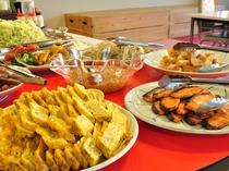 【お料理一例:バイキング】カラダにやさしい食材が並び、バランス良くお召し上がりいただけます。
