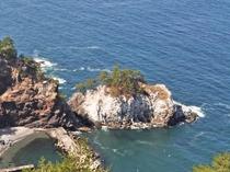【ネダリ浜】白い岩礁は宮沢賢治の詩「発動汽船」のモデルになった場所ともいわれています
