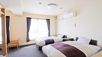 【和洋室】洋室部分。ベッド2台、テレビ、洗面台、冷暖房完備で快適にお過ごしいただけます。