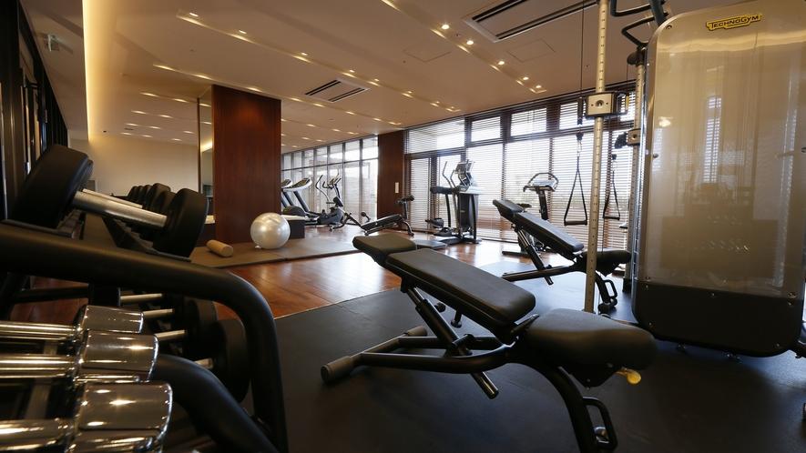 【フィットネスセンター】広々とした空間でトレーニングを行うことができます