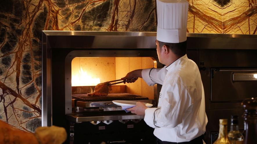【MILANO】天然石で囲われたダッチオーブンにて、メインディッシュを焼き上げます