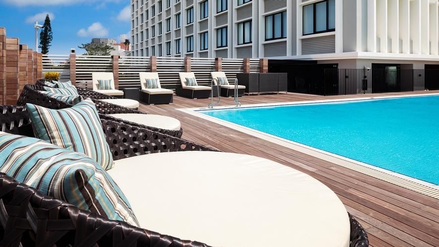 【プール】ホテル3階部分に位置する屋外プールでは、優雅に涼をお愉しみいただけます○