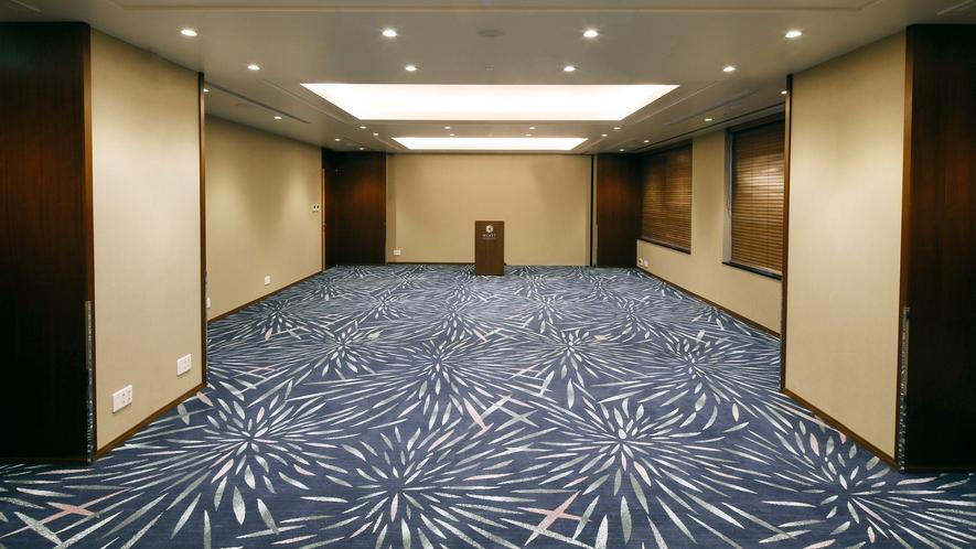 【会議室】82㎡の会議室は最大50名様まで収容可能で、55㎡と27㎡に仕切ることも可能です