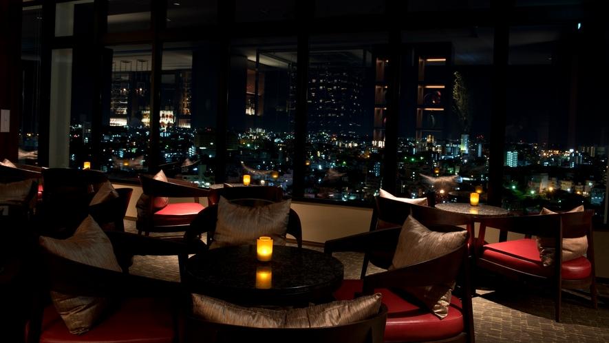 【the bar】窓の外には、那覇の美しい夜景が作り出す光の海が広がります