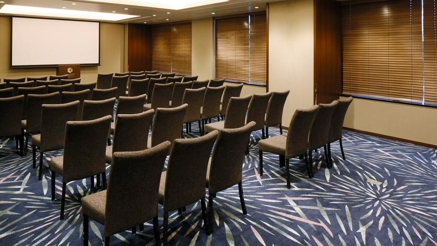 【会議室】シアター形式で利用する際は50名まで収容可能です